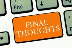 Escrita conceptual da mão que mostra pensamentos finais Final das recomendações da análise do último da conclusão do texto da fot fotografia de stock