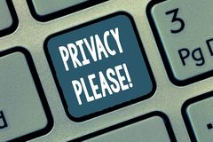 Escrita conceptual da mão que mostra a privacidade por favor Foto do negócio que apresenta pedindo que alguém respeite seu espaço imagem de stock royalty free