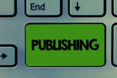 Escrita conceptual da mão que mostra a publicação Preparação apresentando da foto do negócio e emissão dos jornais do livro escri foto de stock royalty free
