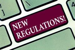 Escrita conceptual da mão que mostra regulamentos novos A mudança do texto da foto do negócio das leis ordena padrões incorporado imagens de stock royalty free