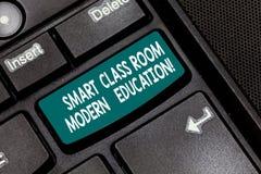 Escrita conceptual da mão que mostra a sala de classe esperta a educação moderna Novas tecnologias do texto da foto do negócio pa foto de stock