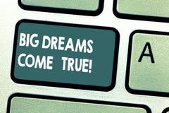 A escrita conceptual da mão que mostra sonhos grandes vem verdadeiro A foto do negócio que apresenta grandes desejos pode transfo imagens de stock royalty free