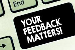 Escrita conceptual da mão que mostra suas matérias do feedback Respostas do cliente da necessidade do texto da foto do negócio a  fotografia de stock