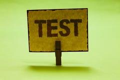 A escrita conceptual da mão que mostra a texto da foto do negócio do teste o procedimento sistemático acadêmico avalia o Ni da pr imagens de stock