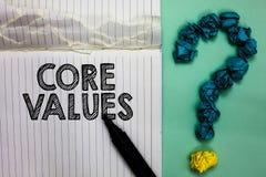 Escrita conceptual da mão que mostra valores do núcleo Pessoa da opinião do texto da foto do negócio ou opiniões da organização c foto de stock