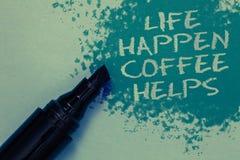 A escrita conceptual da mão que mostra a vida acontece ajudas do café Apresentar da foto do negócio tem uma bebida quente ao ter foto de stock
