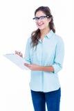 Escrita consideravelmente geeky do moderno no caderno e sorriso na câmera Fotografia de Stock