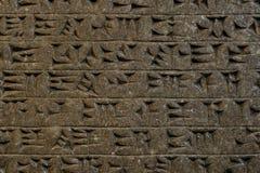 Escrita cuneiforme da tabuleta de argila do mesopotâmia foto de stock