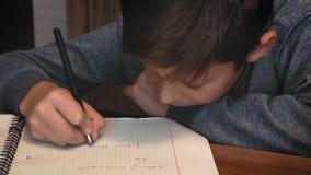 Escrita da criança em seu caderno vídeos de arquivo
