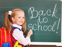 Escrita da criança no quadro-negro. Fotos de Stock