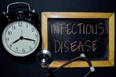 Escrita da doença infecciosa no quadro na vista superior fotos de stock royalty free