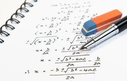 Escrita da fórmula da equação quadrática da matemática no exame, na prática, no questionário ou no teste na classe da matemática foto de stock royalty free