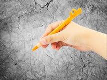 Escrita da mão com a pena no mármore Imagem de Stock Royalty Free