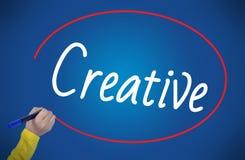 A escrita da mão da mulher cria criativo com o marcador Imagem de Stock Royalty Free