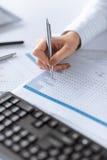Escrita da mão da mulher no papel com números Imagens de Stock