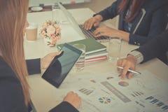 Escrita da mão da discussão da reunião de negócios e tabuleta guardar foto de stock royalty free