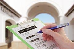 Escrita da mão em um formulário de aplicação da universidade fotografia de stock