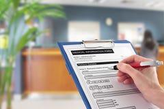 Escrita da mão no formulário médico dos detalhes no hospital fotografia de stock