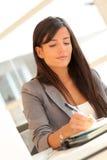 Escrita da mulher de negócios na agenda Imagens de Stock Royalty Free