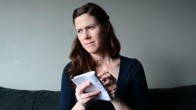 Escrita da mulher no bloco de notas para fazer a lista vídeos de arquivo