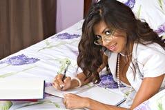 Escrita da mulher no caderno Fotografia de Stock Royalty Free