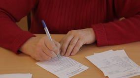 Escrita da mulher no formulário 3 video estoque