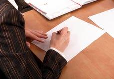 Escrita da mulher no papel em branco fotografia de stock