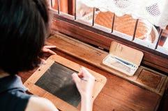 Escrita da mulher no quadro de madeira rústico do vintage, decoração f imagem de stock