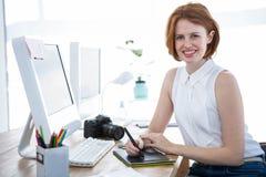 escrita de sorriso da mulher de negócios do moderno em uma tabuleta digital do desenho Foto de Stock Royalty Free