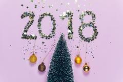 Escrita 2018 do ano novo composta de confetes de brilho Fotografia de Stock Royalty Free