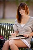 Escrita do estudante no jornal ao ar livre Fotografia de Stock Royalty Free