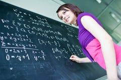 Escrita do estudante universitário no quadro Foto de Stock