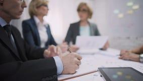 Escrita do gerente de vendas no caderno durante a reunião do clique, processo do funcionamento vídeos de arquivo