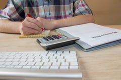 Escrita do homem de negócios em um caderno O funcionamento do homem determina o conceito do estilo de vida do espaço de trabalho  Foto de Stock Royalty Free