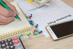 Escrita do homem de negócios em um caderno O funcionamento do homem determina o conceito do estilo de vida do espaço de trabalho  Fotografia de Stock