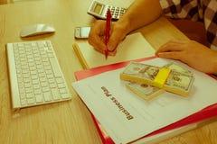 Escrita do homem de negócios em um caderno O funcionamento do homem determina Workspa Foto de Stock Royalty Free