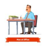 Escrita do homem na tabela do escritório Fotos de Stock