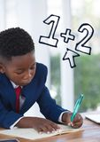 Escrita do menino da criança do escritório com ícones da educação Foto de Stock