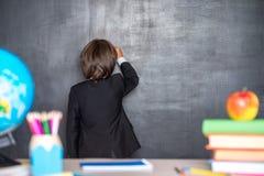 Escrita do menino de escola no quadro-negro Fotografia de Stock
