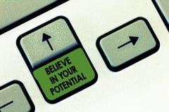A escrita do texto da escrita acredita em seu potencial Conceito que significa a opinião em YourselfUnleash suas possibilidades fotos de stock