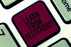 A escrita do texto da escrita aprende de ontem O significado do conceito impulsiona a quantidade de dados recebidos e enviados po fotografia de stock royalty free