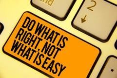 A escrita do texto da escrita faz o que é direita, não o que é fácil O significado do conceito faz ações corretas ter o teclado k fotos de stock