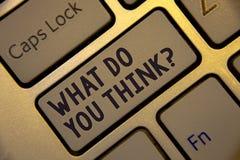 Escrita do texto da escrita o que você pensam a pergunta Keyboar dourado da convicção do julgamento do comentário dos sentimentos fotografia de stock royalty free