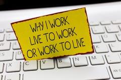Escrita do texto da escrita porque eu trabalho Live To Work Or Work para viver Significado do conceito que identifica as priorida foto de stock