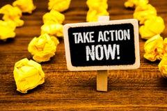 A escrita do texto da escrita toma a chamada inspirador da ação agora O conceito que significa o começo urgente do movimento pron Imagens de Stock Royalty Free