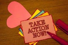 A escrita do texto da escrita toma a chamada inspirador da ação agora O conceito que significa o começo urgente do movimento pron Foto de Stock