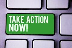 A escrita do texto da escrita toma a chamada inspirador da ação agora O conceito que significa o começo urgente do movimento pron Fotografia de Stock