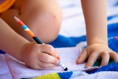 Escrita e desenho da criança Fotografia de Stock