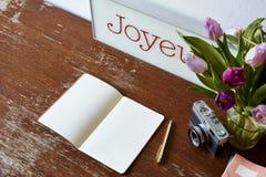 Escrita em tulipas do caderno e em decoração da câmera Imagem de Stock