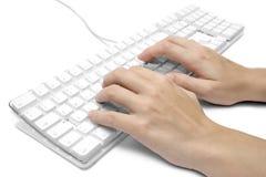 Escrita em um teclado de computador branco imagens de stock royalty free